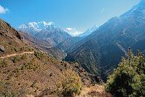 Cíl - Lhotse - se nachází na konci údolí.