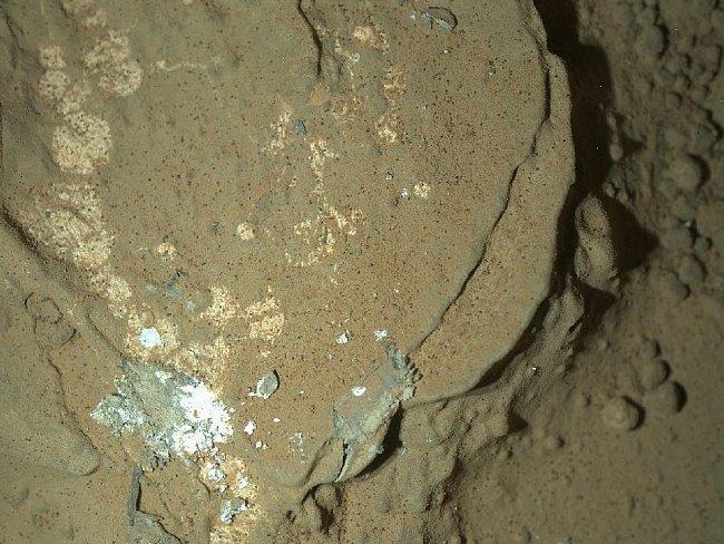 Právě se díváte na první snímek, který Curiosity pořídila v noci (kamerou MAHLI). Místo je osvětleno LED diodami.