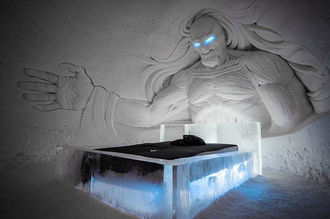 Teplota se v ledovém hotelu stabilně udržuje mezi -2 a -5 °C.