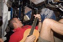 Astronaut Scott Kelly v santovské čepici na ISS