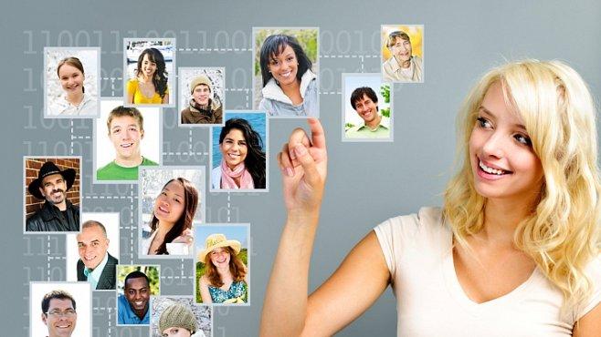 Čím má hezčí přátele na Facebooku, tím je žena přitažlivější. Tvrdí studie