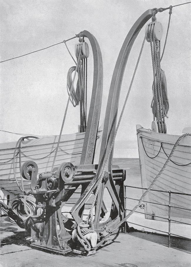 Dva záchranné čluny na lodi Olympic jsou pomocí kladkostroje spojeny s jeřábem.