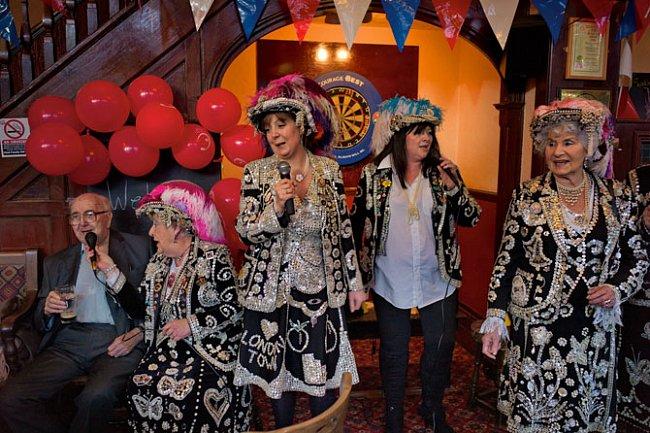 Členky tradiční cockneyské charitativní organizace Pearlies - Jackie Murphyová, její dcera Teresa Wattsová, neteř Sharon Crowová a sestřenice Phyllis Broadbentová - zpívají v podniku Leyton Pub.
