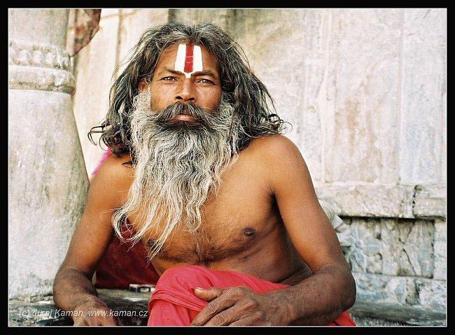 Nejčastěji na svaté muže narazíte v blízkosti hinduistických chrámů, kde čekají na almužnu. Často se pohybují u posvátných řek, kde setrvávají v meditacích, nebo v místech konání náboženských svátků,