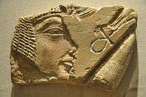 V muzeu v Brooklynu najdete podobiznu Nefertiti z pískovce.