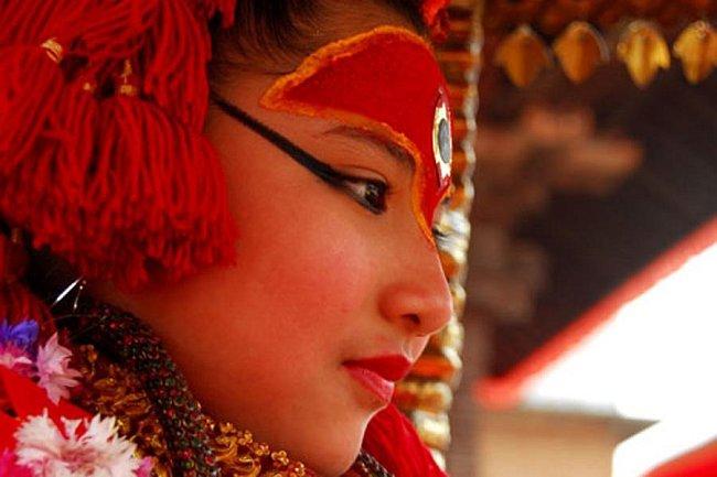 Mnoho lidí navštěvuje nádvoří a vyčkává před oknem Kumari, aby se podívali, jak taková živoucí bohyně opravdu vypadá.