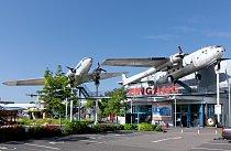 Muzejní Jumbo Jet nad místní benzínkou.