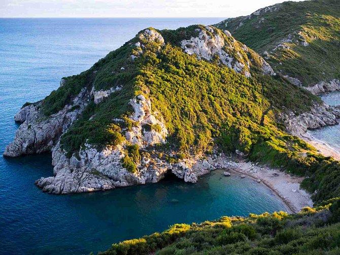 Řecké ostrovy mají své osobité kouzlo. Dovolenou na Korfu doporučujeme cestovatelům, kteří si chtějí kromě válení na pláži užít také krásné procházky.