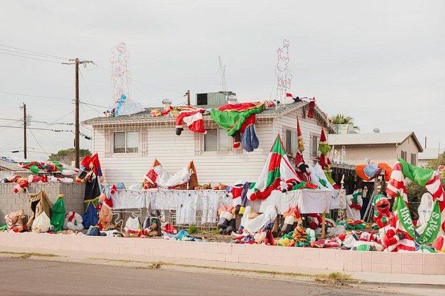 O Vánocích roku 2017 byl dům Steva Lanzilla v Tempe v Arizoně obležený hromadou nafukovacích Santů. Přes den byla celá sestava vyfouknutá. Za soumraku se u domu scházelo téměř stejně tolik kolemjdoucích, aby sledovali, jak se zplihlé postavičky ožívají.