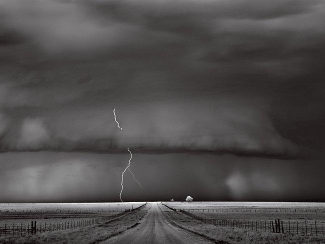 """Většina bouří se pohybuje rychle. Tato se plížila přes farmy venkovského okrsku déle než hodinu a sršela elektřinou. """"Žádné dvě bouře nejsou stejné,"""" říká James LaDue, meteorolog z Americké meteorolog"""