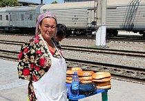 Prodavačka chleba v Uzbekistánu