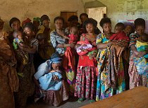 Ženy, které po znásilnění doma nebo na polích otěhotněly a byly často vyhnány z rodiny, přicházejí i s dětmi na setkání s humanitárním pracovníkem ve vesnici Šaša v provincii Severní Kivu. FOTO: Pasca
