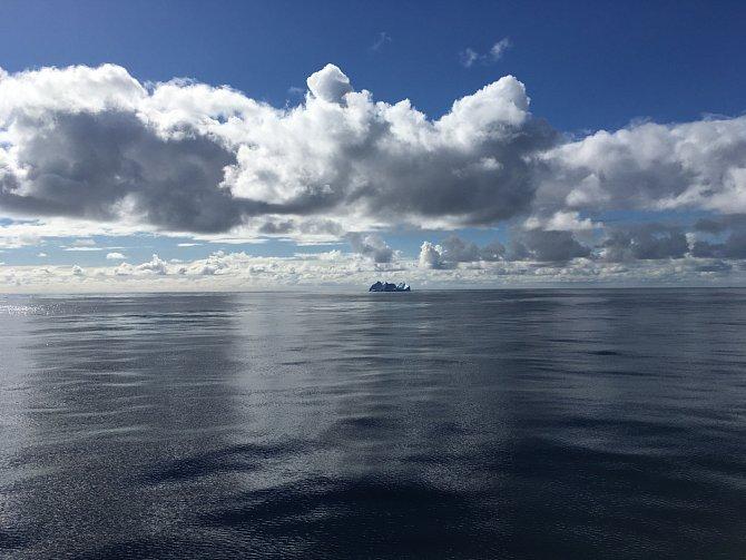 Ledoborec Shirase stráví cestou do Antarktidy, pobytem tam snáslednou cestou zpět mimo domovský přístav vždy 6až 8měsíců vroce.