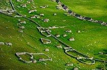 Letecký pohled na Jarlshof, archeologické sídliště na jižním výběžku Shetlandských ostrovů. Místo je známé pro svůj široký historický rozsah od doby bronzové, přes vikingské období, až po počátek 16. století.