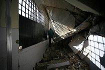 Střely zničily ve čtvrti Al Fardous v Aleppu i místní školu. V troskách skončily desítky budov.