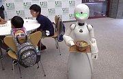 Robot ovládaný invalidou obsluhuje v japonské kavárně