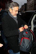 Batoh George Clooneyho ladí se svým majitelem
