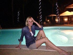 Na povalování u bazénu si teď zase Monika počká až do léta