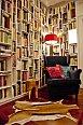 Ve čtecím koutku nesmí chybět pohodlný ušák a designová stolička.