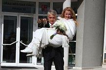 Šťastní novomanželé Iveta a Josef Rychtářovi