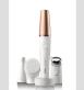 Sada na obličej Braun FaceSpa Pro disponuje několika vyměnitelnými nástavci - epilátorem, čisticími kartáčky a nově i kovovou tonizační hlavou MicroVibration, která za pomoci jemným vibrací napomáhá s nanášením denních i nočních krémů. Cena 3499 Kč.