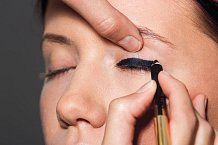 KROK 1:Vyberte si černočernýodstín tužky naoči anakreslete silnou linku co nejblíže křasám. Tužka by měla být měkká, skvělá je například ta odEstée Lauder, odstín Onyx.