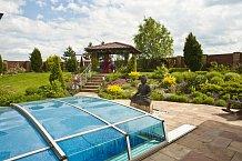 Zahradě dominuje socha Buddhy.