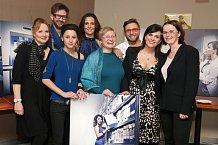Andrea Kalivodová spolu s kmotry a týmem, který se podílel na focení.