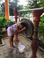 Monika se v Thajsku chová jako pravá turistka. Všechno důkladně zkoumá.