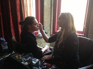 Make-up pro profesionální focení může trvat i několik hodin. Na snímku líčí Kateřinu Renáta Zelinková