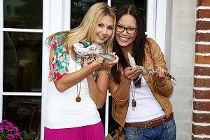 Sandra Parmová a Monika Leová se s malými krokodýly rychle sžily.