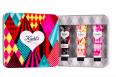Valentýnská sada na rty Kiehl's Lip Balm obsahuje tři varianty balzámů. Těšit se můžete na příchuť MANGO, CRANBERRY a ORIGINAL. Cena 750 Kč.