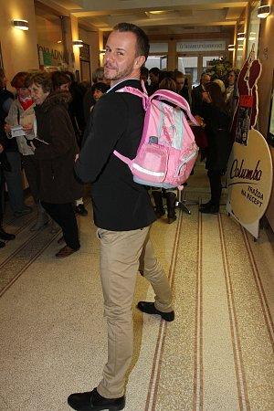 Braňo Polák nosí batoh nečekaně veselé barvy