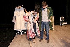 Novodobé zpracování Moliérovy klasiky si žádá i modernější kostýmy, i když ty starodávné se ve hře také objeví.