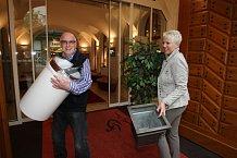 Zpěvák své manželce pomáhal stěhovat věci do nového salonu.