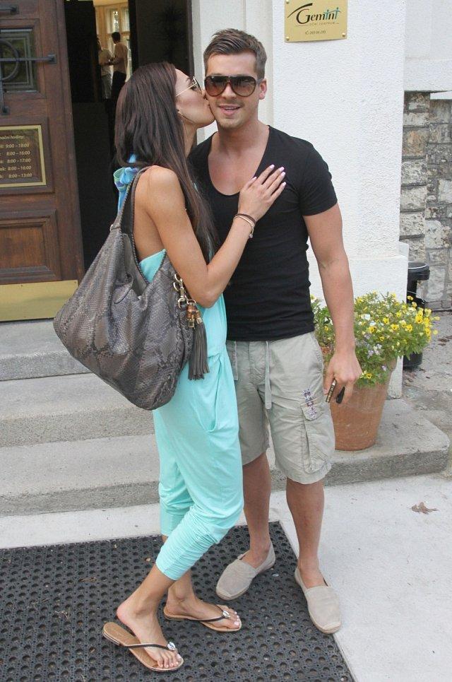Modelku na kliniku doprovodil její přítel Jakub Malina.