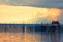 Západ slunce nad rybářskou chatkou