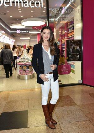 Iva Kubelková tentokrát spolu s vyškolenými vizážistkami naučila finalistky České Miss jak se nalíčit.