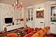 V obývacím pokoji zaujme zlatě pomalovaná stěna, která je dílem dvou výtvarníků.