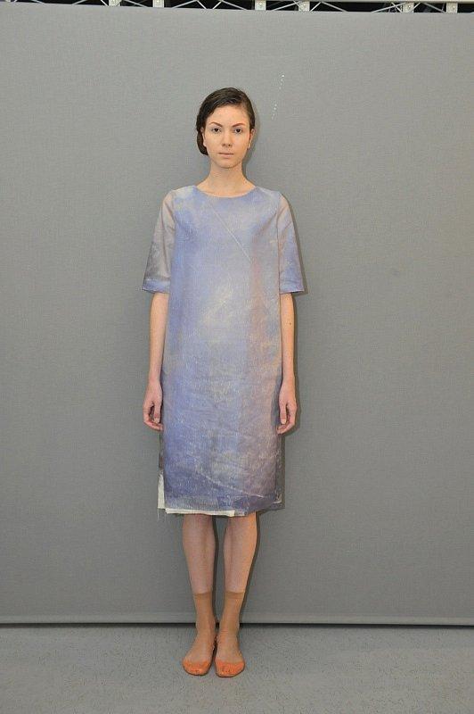 Autorka: Lenka Vacková: Oděv funguje jako jakýsi obraz vnitřního rozpoložení člověka. Použila termochromatické pigmenty, které při přesáhnutí 30ti a 33ti stupňů blednou. Střihy šatů jsou velice jednoduché, aby efekt ještě více podtrhly.