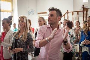 Mareš se s finalistkami České Miss vypravil také do kostela.