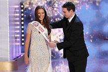 Radek Lain zvydavatelství Ringier dekoruje Miss Earth Moniku Leovou.