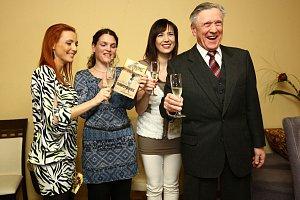 Spolu s Terezou knihu pokřtil také její tatínek Petr Kostka, Lenka Pastorčáková a samozřejmě i autorka Hana Hindráková (druhá zleva).