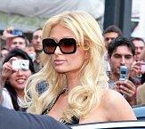 Paris Hilton potřebuje nejenom tmavá skla, ale i luxusní obroučky