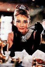 Audrey Hepburn v roce 1961 ve snímku Snídaně u Tiffanyho.