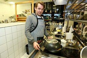 Petr Lněnička z Cest domů se v kuchyni pohybuje jako ryba ve vodě.