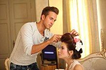 Úpravy vlasů při focení Evy Decastelo