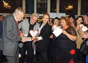 Křest knihy Pravda o mém muži - zleva Jan Skopeček, Jan Rosák, Simona Krainová, Halina Pawlowská