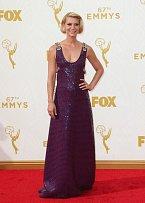 Claire Danesová ve fialovém modelu.