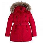 Pod stromečkem nacházíme měkké dárky rády. Červená bunda s kapucí lemovaná kožíškem sluší každé postavě a do zimních plískanic je ideálním dárkem. Pepe Jeans, 5700 Kč.